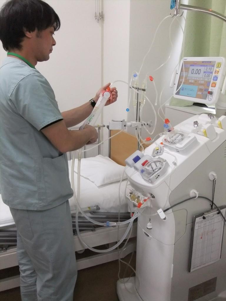 ▲人工透析業務(治療前準備の様子)